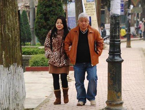 Đôi khi, bầu Kiên lại chở bà Đặng Ngọc Lan đi dạo phố bằng xe máy dù trong nhà không hiếm xe hơi đắt tiền, sang trọng. Ảnh Internet