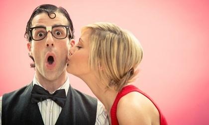 """10 sự thật """"điên rồ"""" về lợi ích của nụ hôn đối với sức khỏe"""