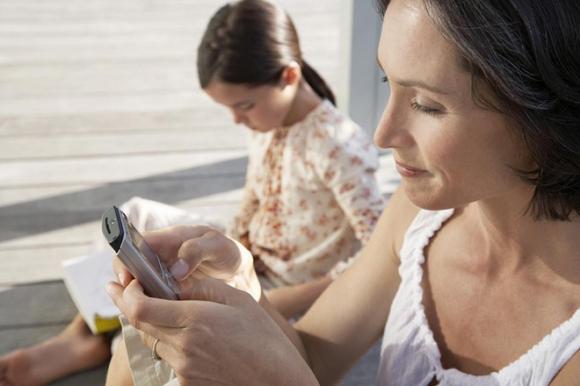 Tác hại khôn lường từ thói quen dùng điện thoại của cha mẹ - Ảnh 2.