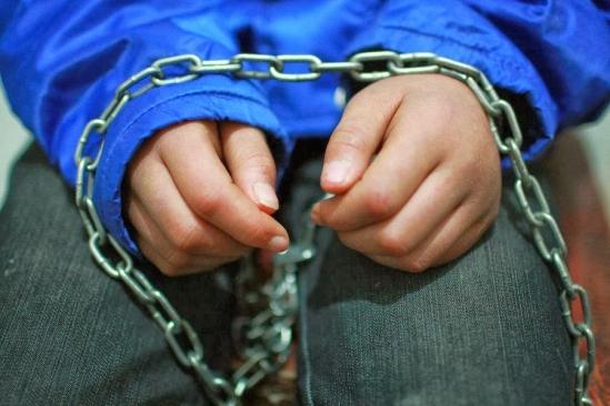 Bé trai 6 tuổi bị bảo mẫu hành hạ dã man vì nghi trộm đồ - Ảnh 1.