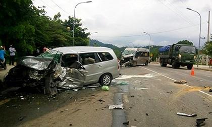 Hai ô tô đâm nhau, khách văng ra đường, 17 người cấp cứu