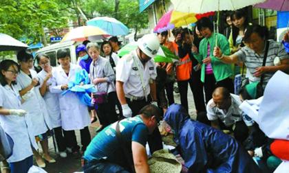 Sản phụ vỡ ối dưới trời mưa lớn, mọi người xông vào đỡ đẻ giúp