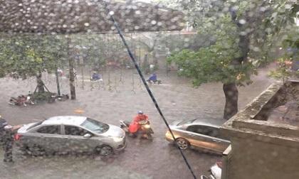 """Hà Nội """"thất thủ"""" trong trận mưa lớn"""