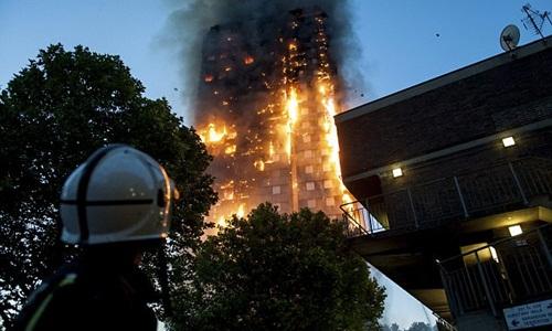 Người mẹ ném con từ tầng cao khỏi vụ cháy London - 2