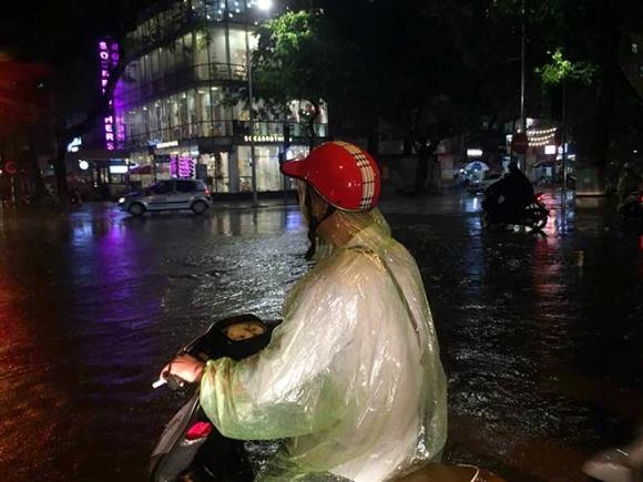 HN: Mưa như thác đổ, nhiều tuyến phố biến thành sông - 2