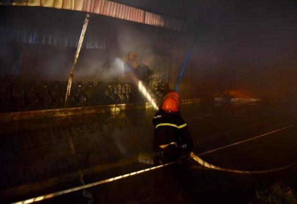 Cháy lớn tại khu công nghiệp Nội Bài lúc nửa đêm, cột khói lửa bốc cao hàng trăm mét - Ảnh 2.
