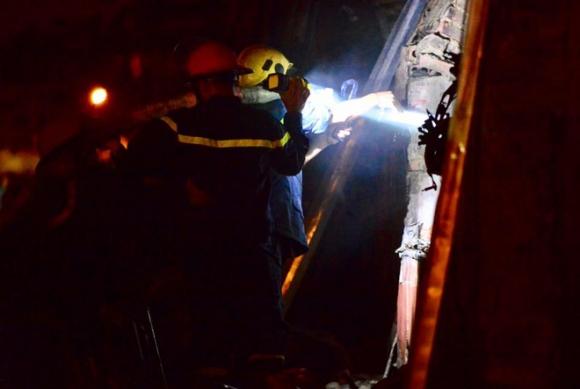 Cháy lớn tại khu công nghiệp Nội Bài lúc nửa đêm, cột khói lửa bốc cao hàng trăm mét - Ảnh 3.
