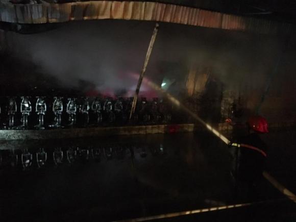 Cháy lớn tại khu công nghiệp Nội Bài lúc nửa đêm, cột khói lửa bốc cao hàng trăm mét - Ảnh 4.