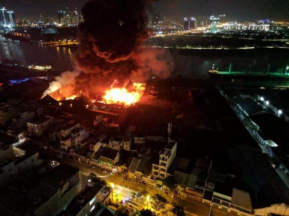 Cháy lớn kèm nhiều tiếng nổ trong nhà kho ở cảng Sài Gòn - Ảnh 2.