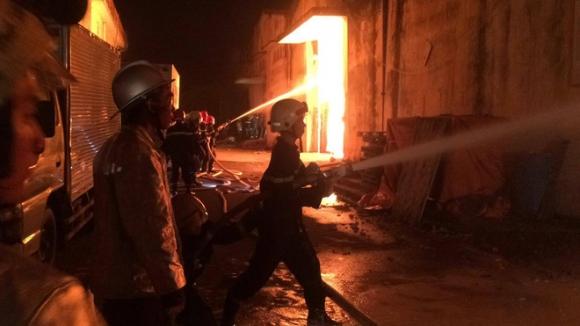 Cháy lớn kèm nhiều tiếng nổ trong nhà kho ở cảng Sài Gòn - Ảnh 7.