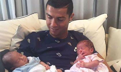 Cristiano Ronaldo hạnh phúc khoe cặp song sinh lên mạng