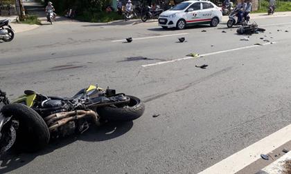 Xe máy 'kẹp ba' bị mô tô phân khối lớn tông văng, 5 người thương vong