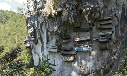 Rùng mình nghĩa địa cổ chi chít quan tài treo trên vách núi cao