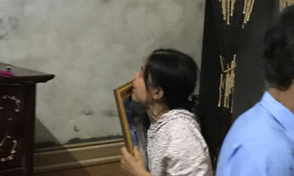Mẹ già ôm di ảnh con trai bị chém rời thi thể gào khóc trong đám tang