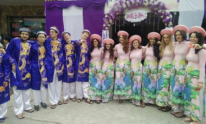 Dàn bê tráp toàn gái Tây diện áo dài truyền thống tươi như hoa 'náo loạn' Hải Phòng