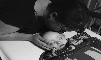 Nhói lòng trước bức ảnh cuối cùng mẹ chụp cùng con trai 21 tháng tuổi mắc bệnh bạch cầu