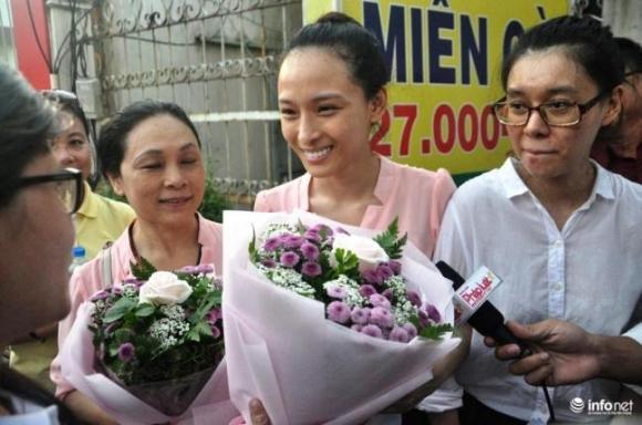 Phương Nga nhận hoa và cười tươi bên mẹ sau khi tòa thay đổi biện pháp ngăn chặn
