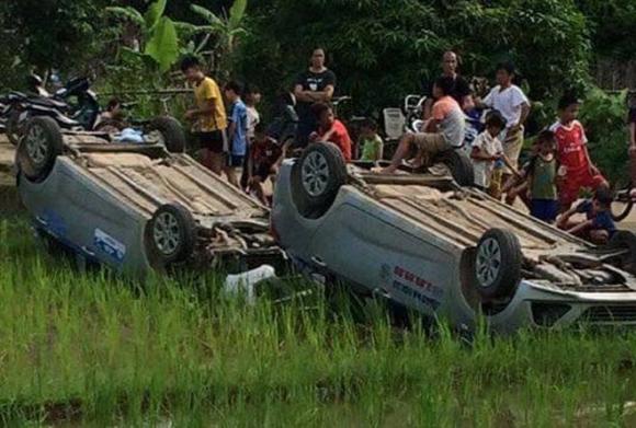 Người dân xô ngửa 2 ô tô của nhóm