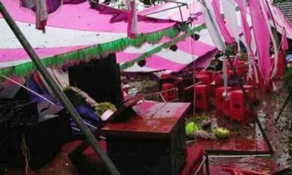 Đám cưới ngày cơn bão số 2 đổ bộ: Méo mặt vì gió quật tung hết cả rạp