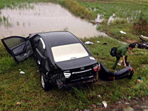 Chiếc ô tô lao xuống ruộng và bị hư hỏng nặng