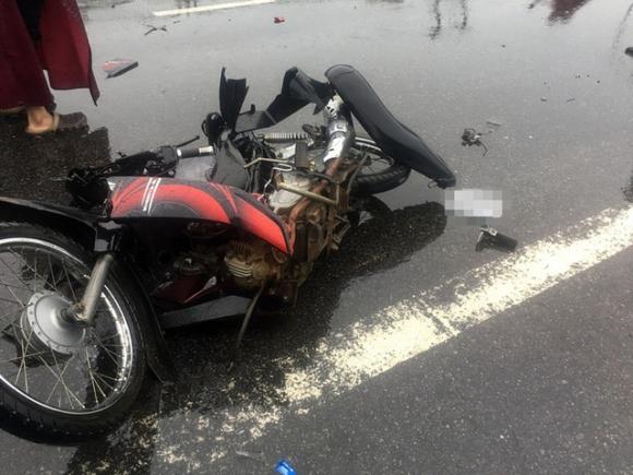 Chiếc xe máy bị biến dạng hoàn toàn sau vụ tai nạn kinh hoànòa