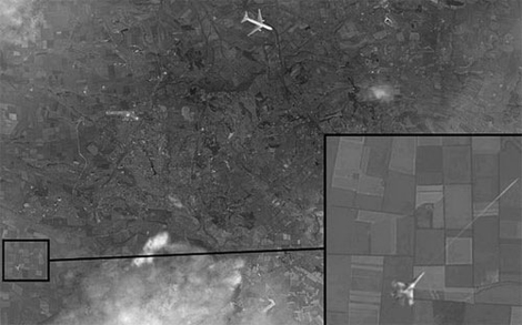 Bức ảnh một máy bay chiến đấu đang bắn tên lửa vào một máy bay chở khách trên bầu trời miền Đông Ukraine do kênh truyền hình Channel One công bố.