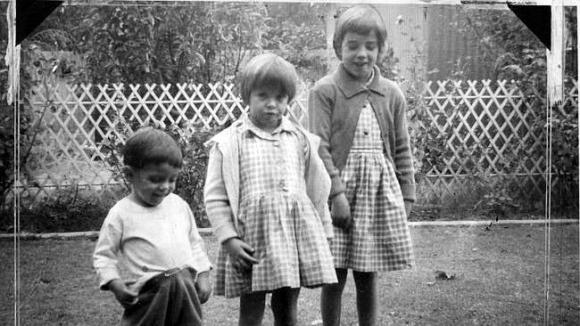 Bố mẹ bận việc, 3 chị em một mình đi tắm biển bỗng nhiên mất tích bí ẩn suốt 50 năm qua - Ảnh 1.