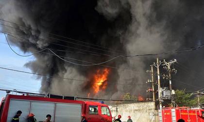 Chùm ảnh: Hàng trăm cảnh sát vất vả chữa cháy ở xưởng nhựa vùng ven Sài Gòn