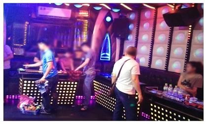 Hàng chục 'dân chơi' bay lắc điên cuồng trong quán karaoke ở Hà Nội