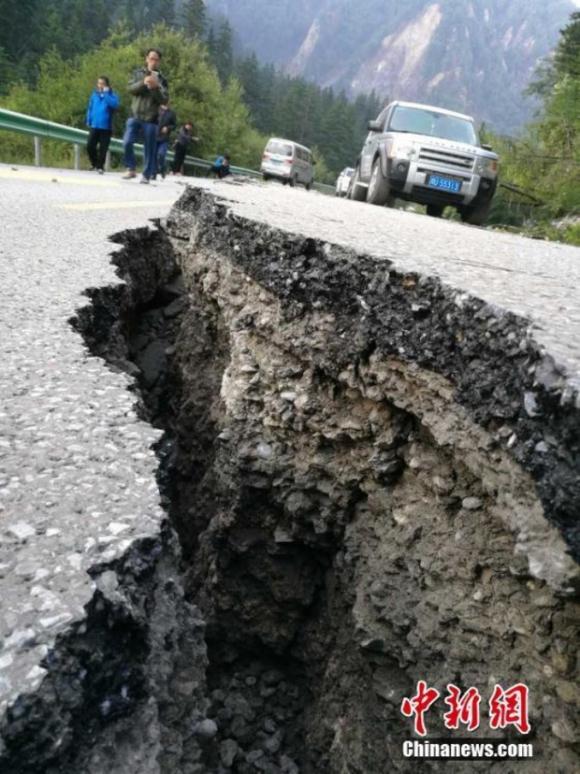 Những hình ảnh kinh hoàng ở thiên đường hạ giới Cửu Trại Câu sau vụ động đất 7 độ Richter - Ảnh 5.