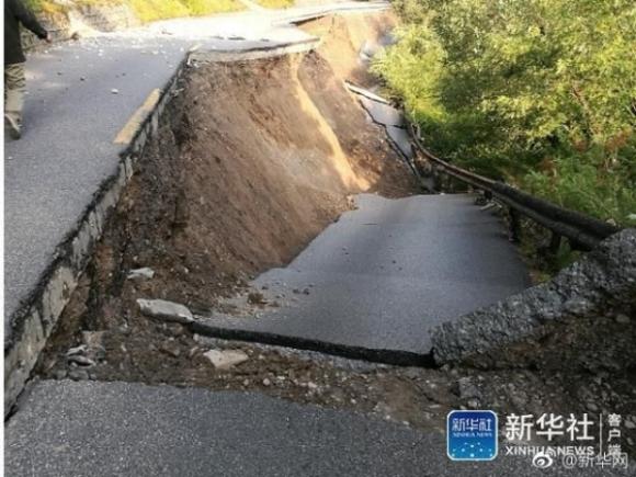 Những hình ảnh kinh hoàng ở thiên đường hạ giới Cửu Trại Câu sau vụ động đất 7 độ Richter - Ảnh 11.