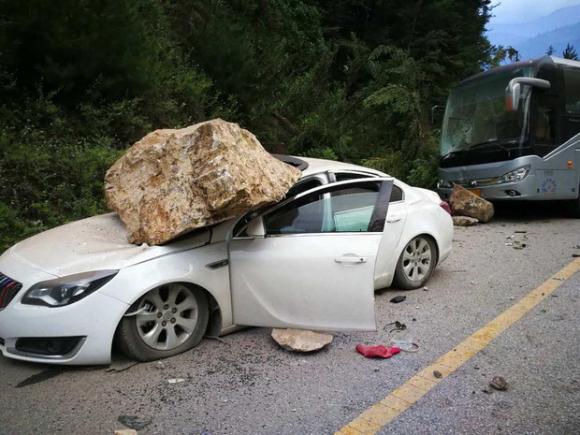 Những hình ảnh kinh hoàng ở thiên đường hạ giới Cửu Trại Câu sau vụ động đất 7 độ Richter - Ảnh 15.