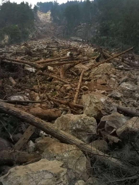 Những hình ảnh kinh hoàng ở thiên đường hạ giới Cửu Trại Câu sau vụ động đất 7 độ Richter - Ảnh 1.
