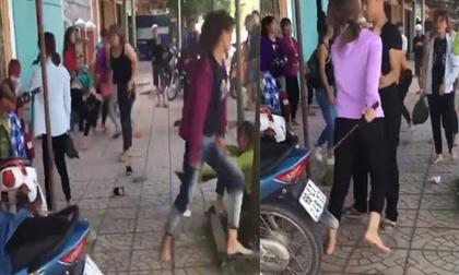 Hai nhóm nữ sinh cầm hung khí lao vào đánh nhau ngay trước cổng trường