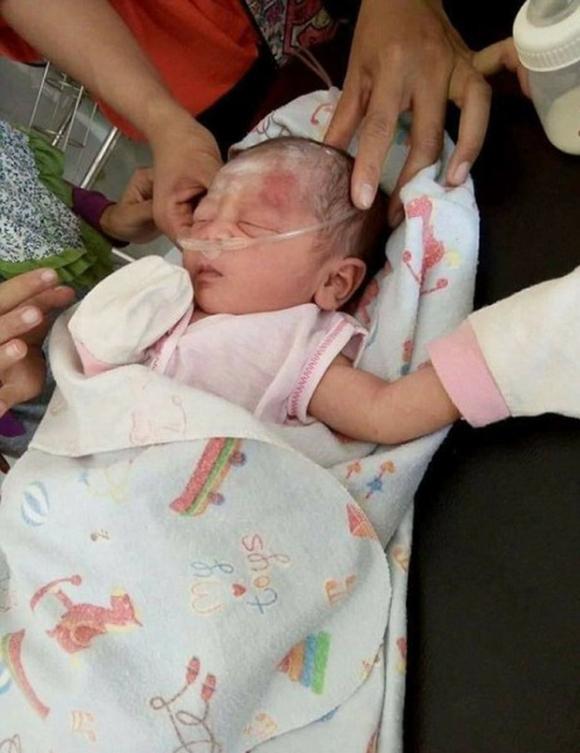 Indonesia: Phát hiện một bé trai sơ sinh bị chôn vùi dưới hố rác lớn - Ảnh 4.