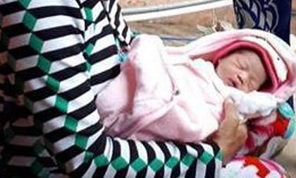 Bé gái sơ sinh nằm trong chiếc thau trôi trên sông Hậu vào sáng tinh mơ