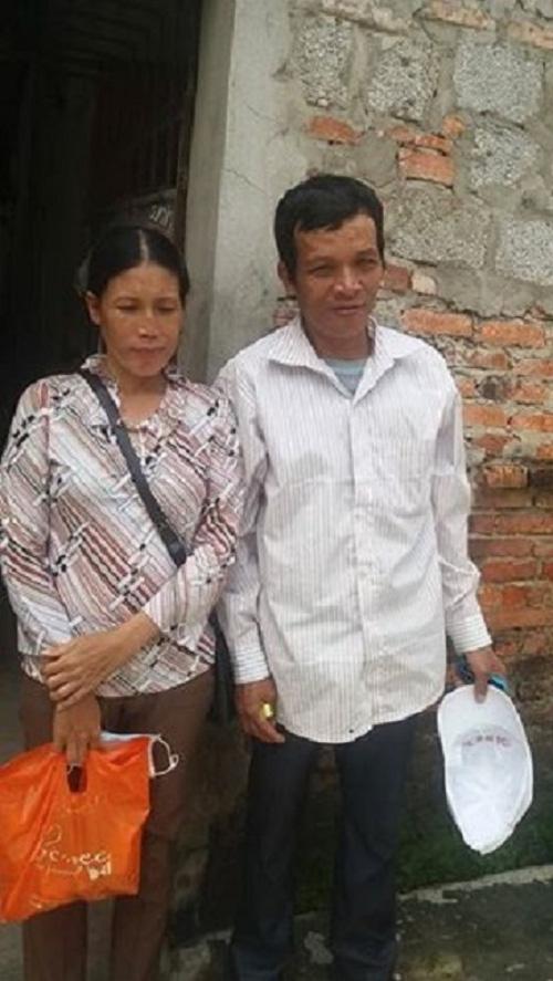 Vợ chồng anh Tám đã đi tìm con gái nhiều ngày qua.Cặp vợ chồng cùng con nhỏ thoát chết trong gang tấc trên đường cao tốc