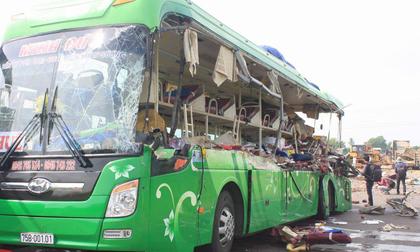 5 người chết thảm trong vụ xe đầu kéo tông trực diện xe khách
