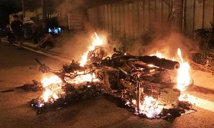 Xe máy bốc cháy ngùn ngụt, nam thanh niên quằn quại vì bỏng nặng