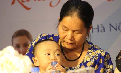 Kỳ tích: Cô giáo về hưu sinh con ở tuổi 60, nuôi con hoàn toàn bằng sữa mẹ