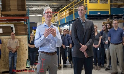 NÓNG: Tim Cook bỏ iPhone 8 trong túi quần, dạo thăm nhà máy
