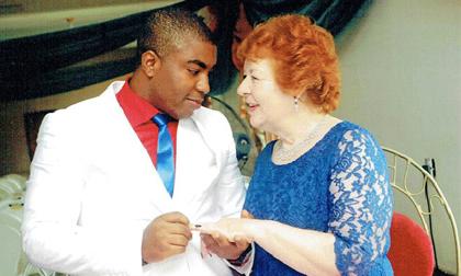 Cụ bà 72 tuổi sa vào lưới tình với trai trẻ 27 tuổi