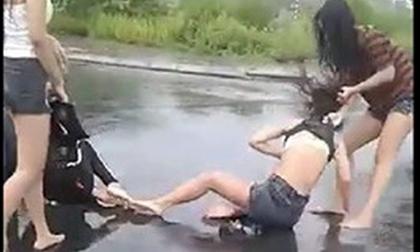 Nhóm 5 thiếu nữ đánh đập, lột đồ 1 nữ sinh rồi tung lên facebook khoe
