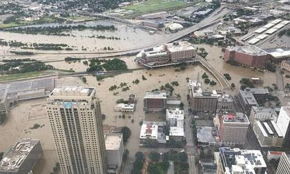 'Trận lụt thảm khốc trong lịch sử': Người dân Texas điêu đứng nhìn biển nước mênh mông sau siêu bão Harvey