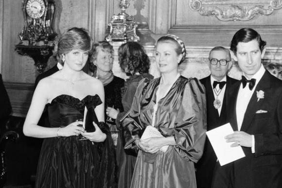 Những khoảnh khắc tố cáo sự suy sụp và dự báo tương lai bất hạnh của Công nương Diana lần đầu được tiết lộ - Ảnh 2.