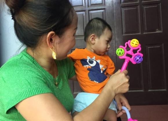 Vụ bé trai 1 tuổi bị bỏ rơi ở hội chợ: Gia đình tôi sẽ làm thủ tục xin nhận nuôi cháu bé - Ảnh 4.