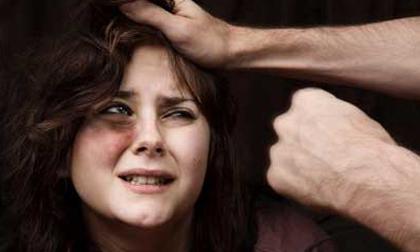 Chồng đánh vợ đau đớn còn thản nhiên nói: 'Vì em ngu nên mới đánh cho thông minh ra!'