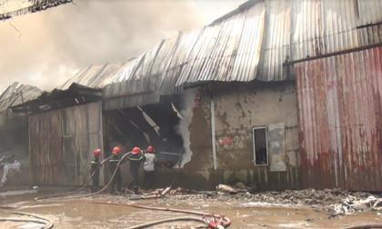 Ảnh hiện trường vụ cháy kinh hoàng ở kho vải vụn ven Sài Gòn