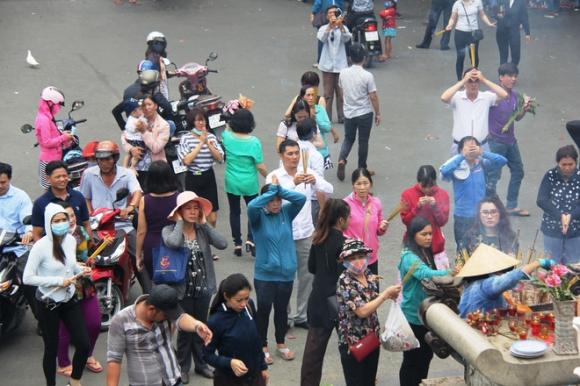 Rằm tháng 7: Phố cổ Hà Nội mù mịt hóa vàng mã, Sài Gòn chen nhau mua cơm chay, đi lễ chùa - Ảnh 25.