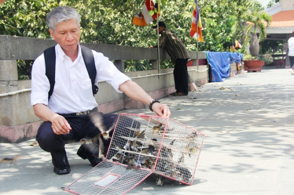 Rằm tháng 7: Phố cổ Hà Nội mù mịt hóa vàng mã, Sài Gòn chen nhau mua cơm chay, đi lễ chùa - Ảnh 26.